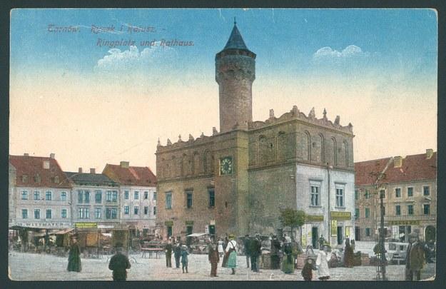 Ratusz w Tarnowie (pocztówka z 1919 r.) /Biblioteka Narodowa