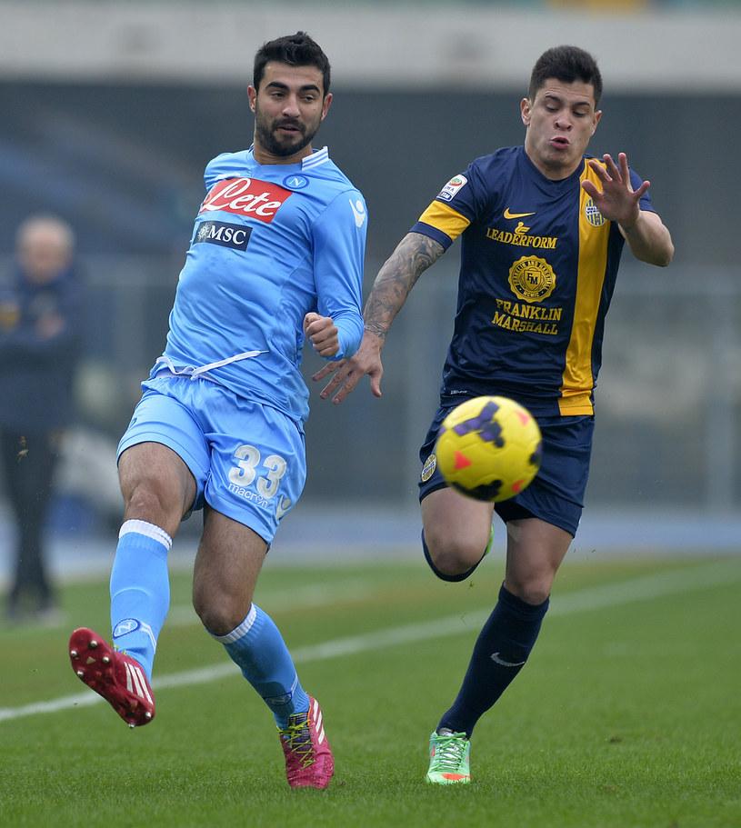 Raul Albiol kontra Juan Iturbe w meczu Serie A Napoli - Hellas Werona. /AFP