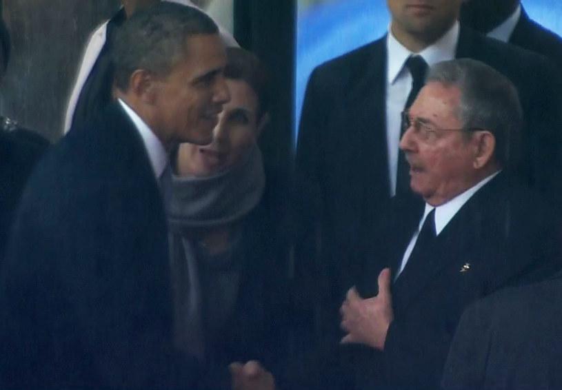 Raul Castro wymienił uścisk dłoni z prezydentem Barackiem Obamą /AFP