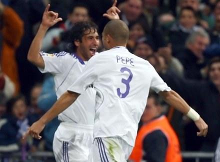 """Raul i Pepe celebrują trzeciego gola dla """"blancos"""". Real-Racing 3:1 /AFP"""