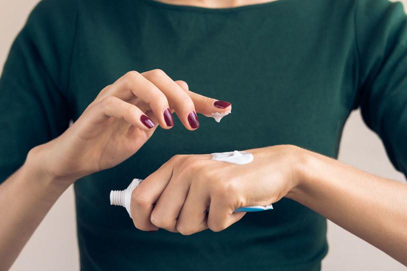Raz lub nawet dwa razy w tygodniu warto poświęcić dłoniom trochę więcej czasu /123RF/PICSEL