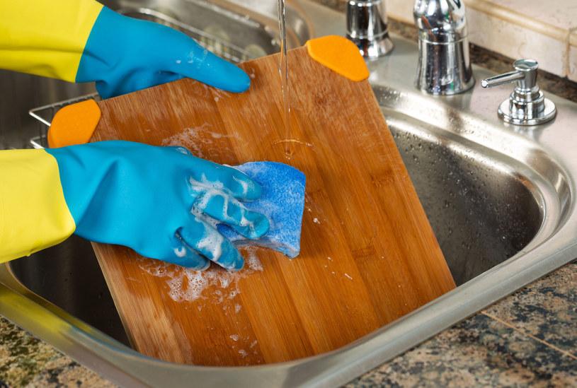 Raz na miesiąc, po starannym umyciu i wysuszeniu, nasmaruj deskę olejem kokosowym /123RF/PICSEL