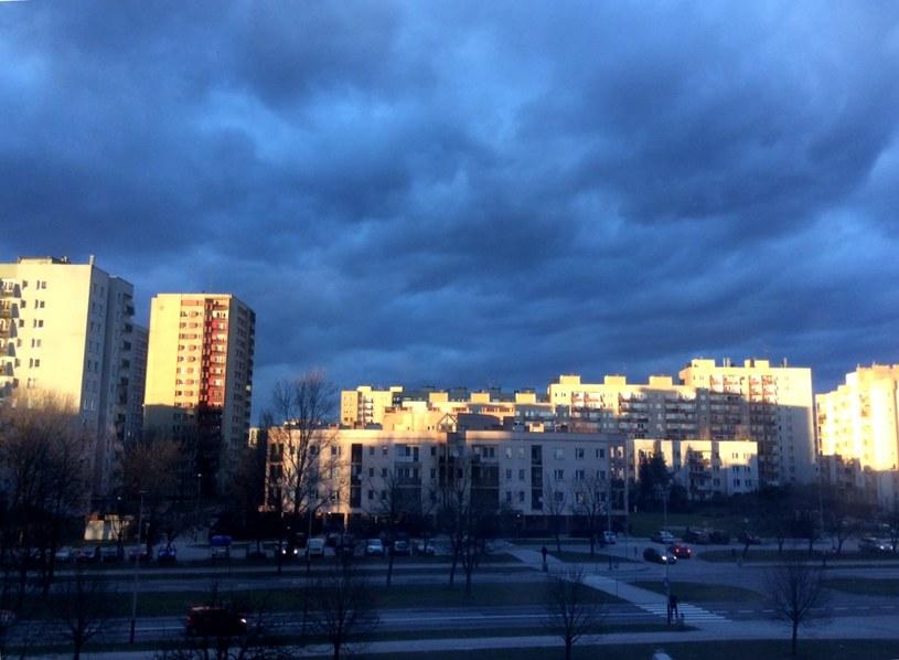 Raz słońce, raz ciemne chmury i deszcz - oto prognozy na najbliższe dni /JT /INTERIA.PL