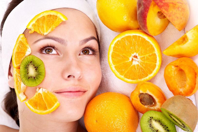 Raz w tygodniu nałóżmy na oczyszczoną twarz i szyję miąższ z winogron. Możemy do niego dodać łyżeczkę oleju z pestek winogron /123RF/PICSEL