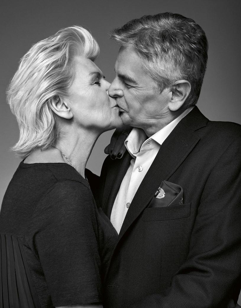 """""""Razem"""" to słowo klucz. Andrzej towarzyszy żonie na damskich plotkach, we dwoje jeżdżą na wakacje i chodzą po bułki. Jak się nie znudzić małżeństwem po tylu latach? Trzeba się lubić i liczyć ze zdaniem drugiej osoby. /Well"""