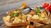 Razowe kanapki z jajecznicą i kurkami