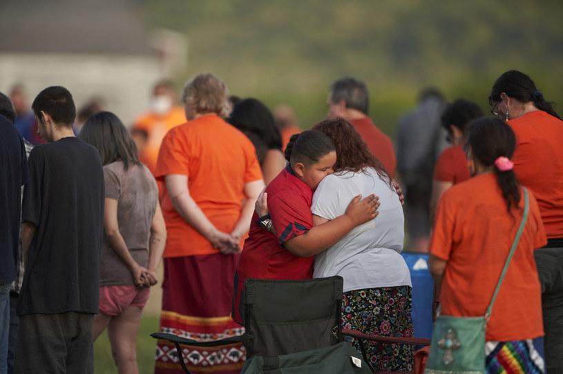 Rdzenni mieszkańcy w miejscu, gdzie odkryto pierwsze masowe groby w kanadyjskiej szkole /GEOFF ROBINS/AFP /AFP