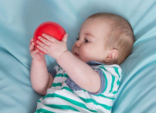 Reaguj na takie komunikaty dziecka, gdyż dzięki temu maluch poznaje otoczenie i rozwija słownictwo. /123RF/PICSEL