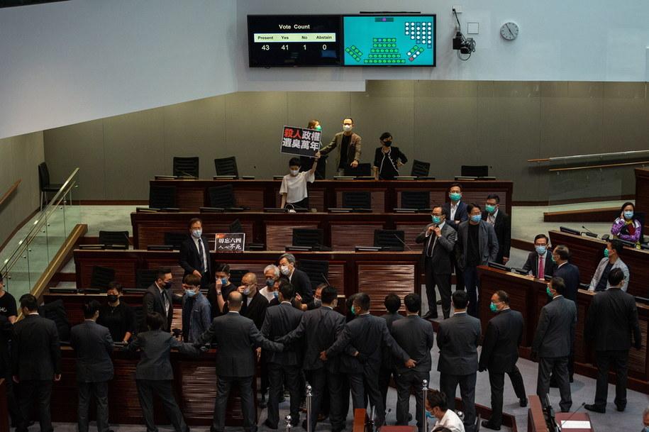 Reakcja demokratycznych parlementarzystów na wynik głosowanie w sprawie ustawy o hymnie /BILL YIP /PAP/EPA