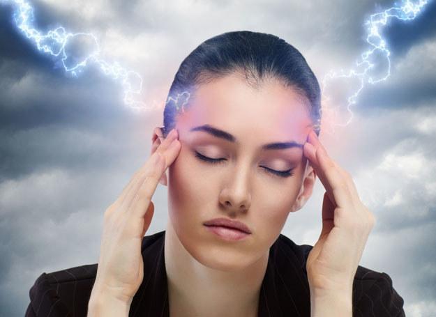 Reakcją na zmiany frontów bywają migreny i bardzo silne bóle głowy /123RF/PICSEL