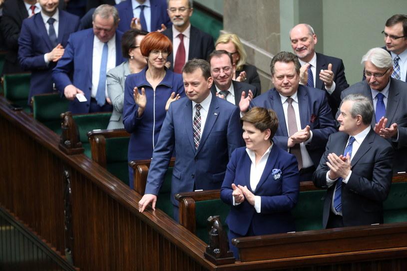 Reakcja rządu, po głosowaniu. Sejm odrzucił wniosek o wotum nieufności wobec ministra spraw wewnętrznych i administracji Mariusza Błaszczaka /Leszek Szymański /PAP