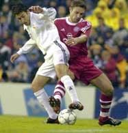 Real - Bayern 2:0. Raul Gonzalez (z lewej) walczy o piłkę z Robertem Kovacem