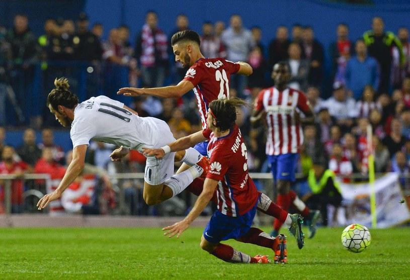 Real Madryt (białe stroje) i Atletico będę mogły dokonywać transferów do 1 lutego /AFP