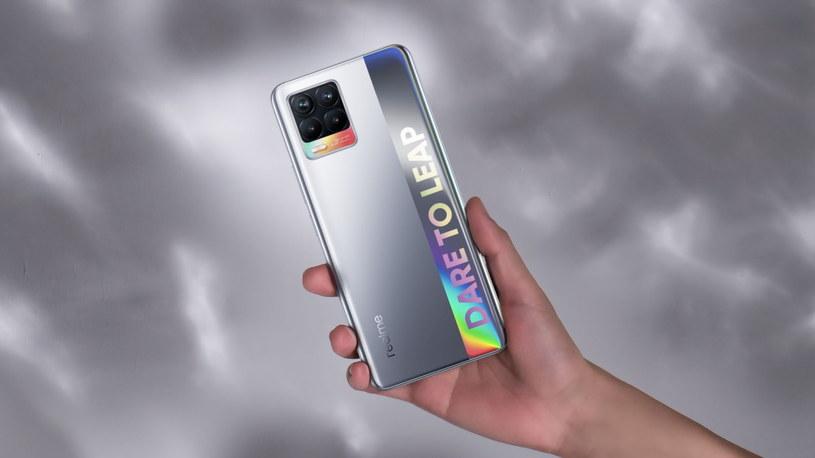 Realme 8 to jeden z najlżejszych i najsmuklejszych urządzeń w swojej klasie, dzięki czemu świetnie leży w dłoni /materiały promocyjne