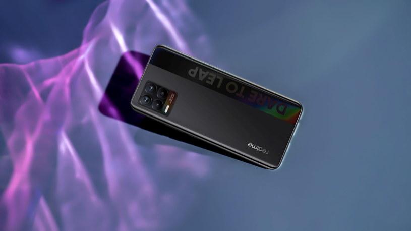 Realme 8 wśród konkurencyjnych modeli wyróżnia się baterią 5000 mAh, wystarczającą na długie godziny rozmów i korzystania z aplikacji /materiały promocyjne