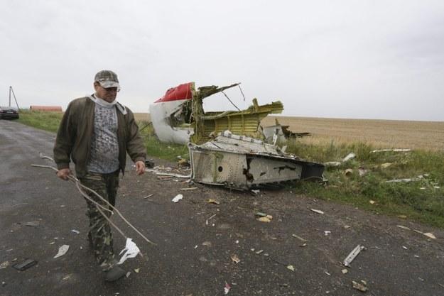 """""""Rebelianci wywożą ciała ofiar katastrofy samolotu"""""""