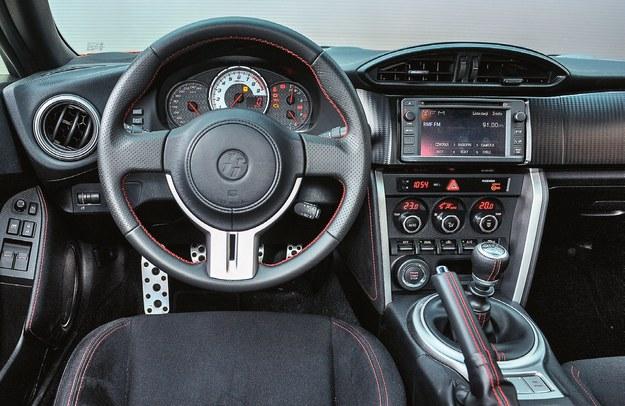 Ręce same układają się w prawidłowej pozycji na kierownicy. Takiego pięknie stylizowanego i dobrze zmontowanego kokpitu nie powstydziłyby się droższe samochody sportowe. /Motor