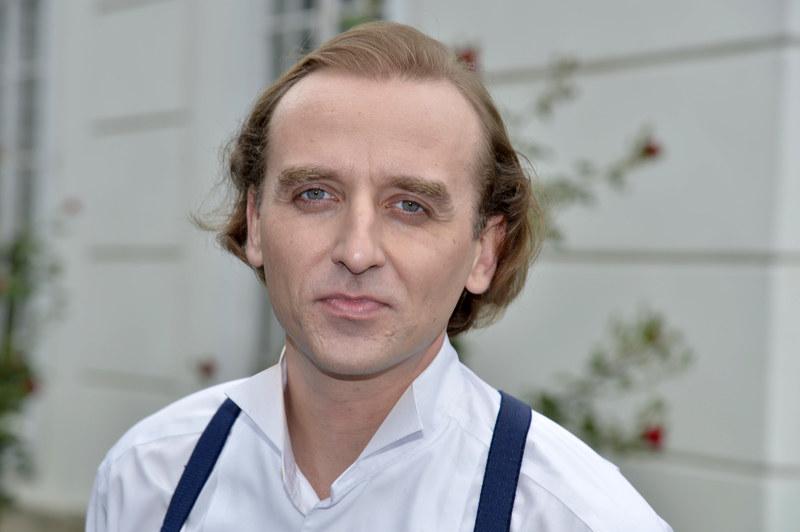 Recepcjonista Szewczuk (Wojciech Mecwaldowski) z Hotelu Polonia nie jest tym, za kogo się podaje... /Galązka /AKPA