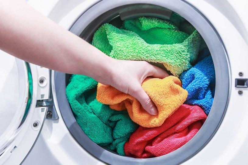 ręczniki w pralce /© Photogenica