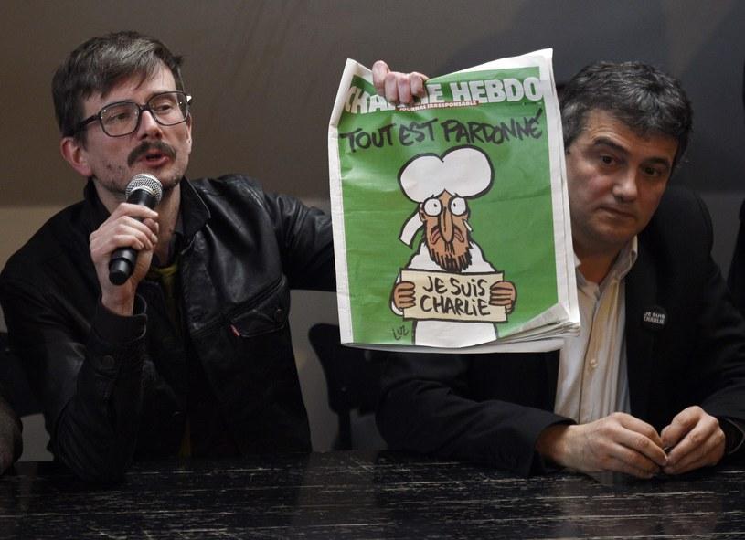 Redaktorzy pisma pokazują nową okładkę /AFP