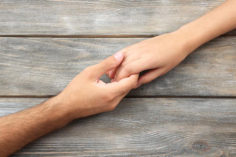 Redukcja bólu poprzez dotyk jest tym wyraźniejsza, im większa jest empatia partnera. Może być tak, że dotyk to narzędzie, które pozwala na zakomunikowanie empatii partnerce, co skutkuje działaniem przeciwbólowym. /123RF/PICSEL