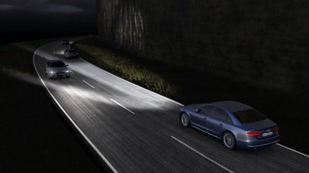 Reflektory Matrix LED będą maskowały w stożku światła nadjeżdżające i mijane pojazdy. /Audi