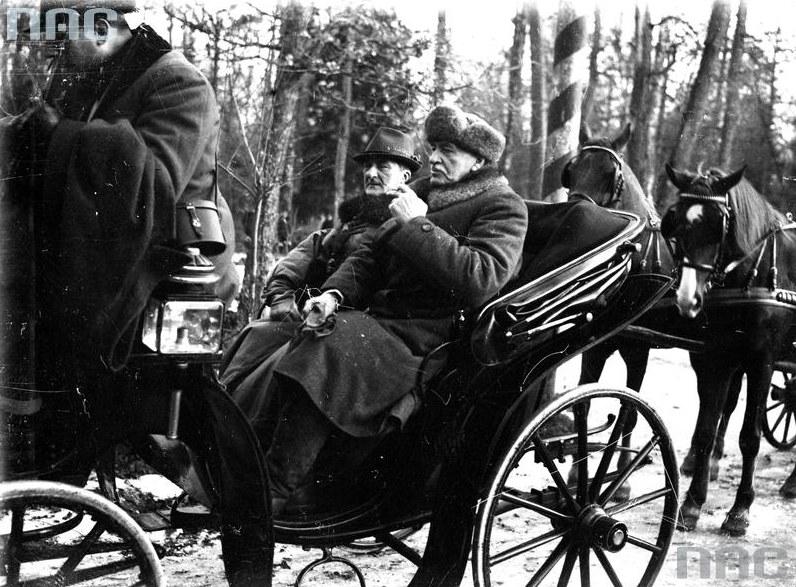Regent Węgier Miklos Horthy w towarzystwie Prezydenta RP Ignacego Mościckiego (w futrzanej czapce) udają się bryczką na polowanie /Z archiwum Narodowego Archiwum Cyfrowego