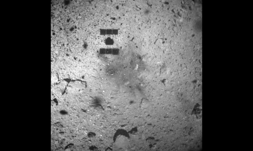 Region pobrania próbek przez Hayabusa 2 - zdjęcie wykonane podczas oddalania się sondy od planetoidy (22 lutego 2019) /materiały prasowe