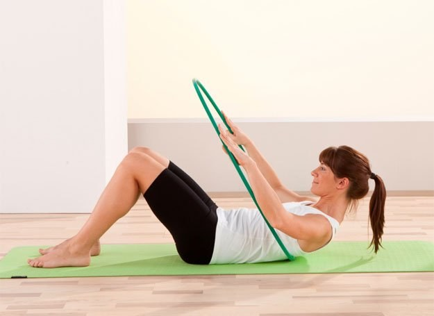 Regularne ćwiczenia z plastikową obręczą wyszczupli talię i biodra /INTERIA.PL/materiały prasowe