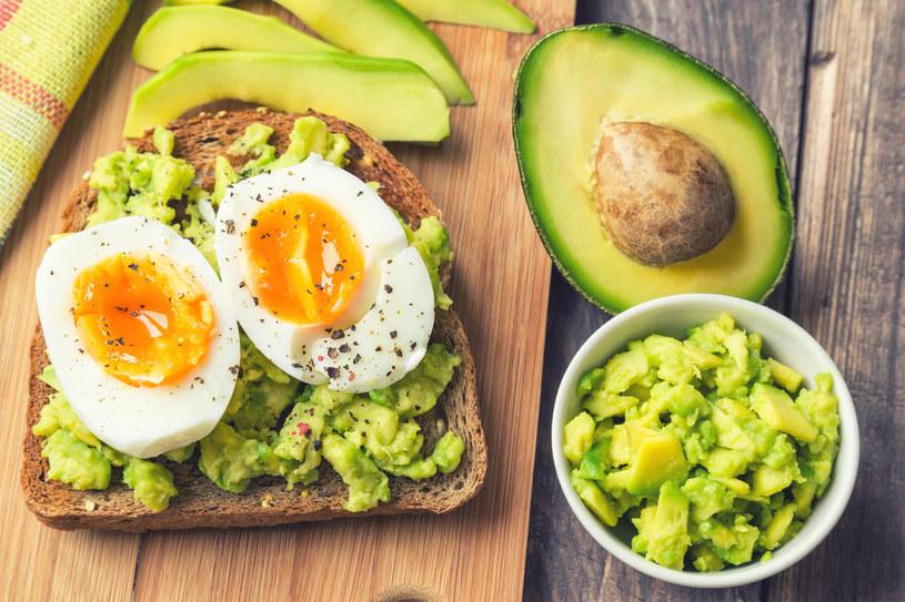 Regularne jedzenie awokado korzystanie wpływa na skórę /123RF/PICSEL