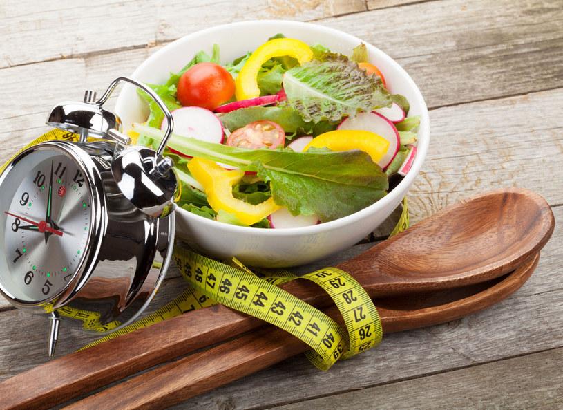 Regularne spożywanie posiłków ochroni nas przed nadmiernymi kilogramami /Picsel /123RF/PICSEL