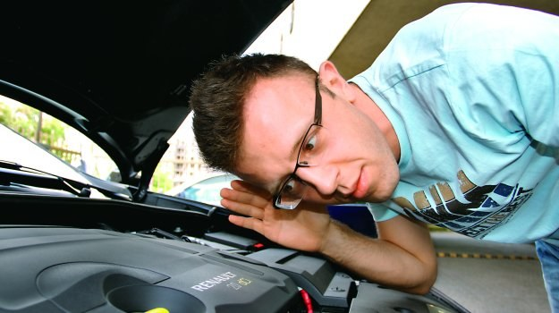 Regularne stuki w silniku na wolnych obrotach to typowy objaw zużycia hydraulicznych popychaczy zaworowych. /Motor