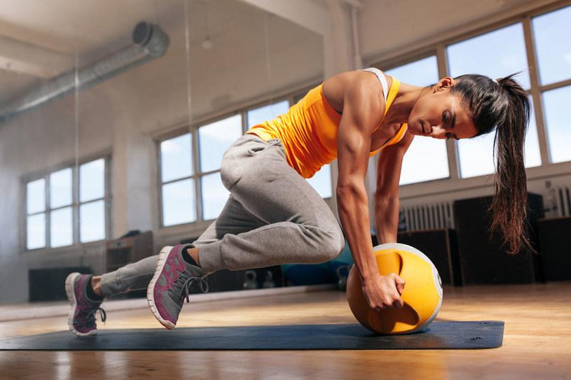 Regularne wizyty na siłowni to jedno z najczęstszych postanowień noworocznych /123RF/PICSEL