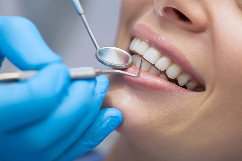 Regularne wizyty w gabinecie dentystycznym pozwalają uniknąć wielu nieprzyjemnych infekcji /123RF/PICSEL