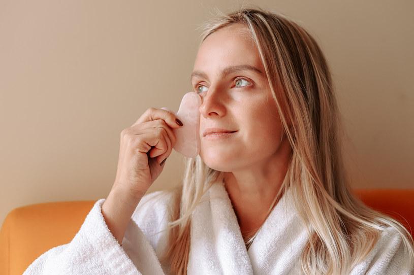 Regularne wykonywanie masażu za pomocą płytki Gua Sha może doprowadzić do zmniejszenia porów /123RF/PICSEL