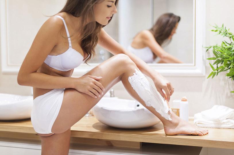 Regularne złuszczanie mar twego naskórka zapobiega wrastaniu włosków po depilacji. Peeling stosujmy raz w tygodniu /123RF/PICSEL