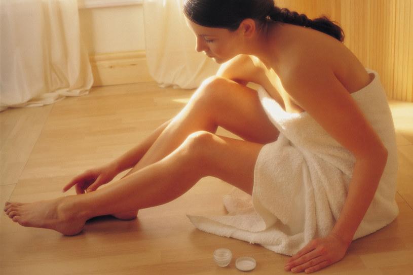 Regularnie nawilżaj i masuj skórę nóg /© Bauer