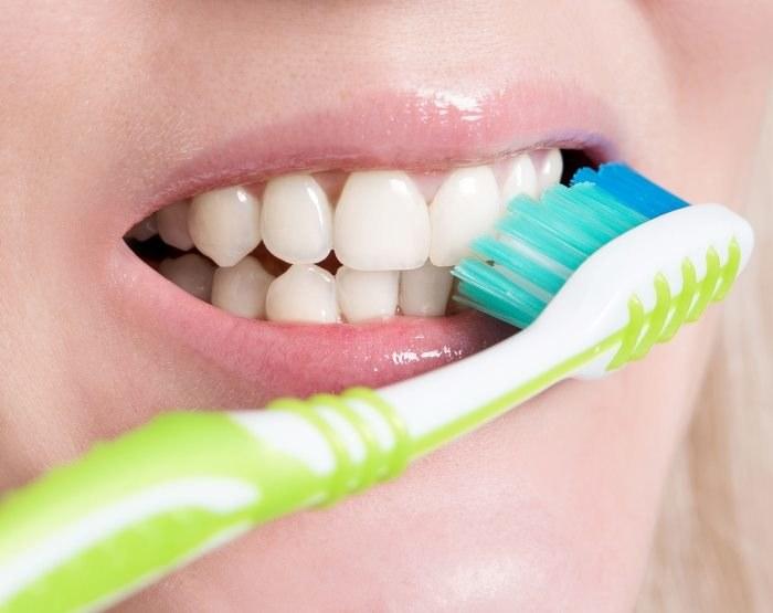 Regularnie szczotkuj zęby /123RF/PICSEL