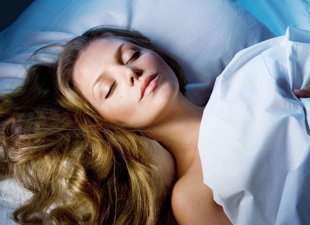 Regularnie złuszczaj skórę, używając na noc kosmetyków złuszczających /123RF/PICSEL