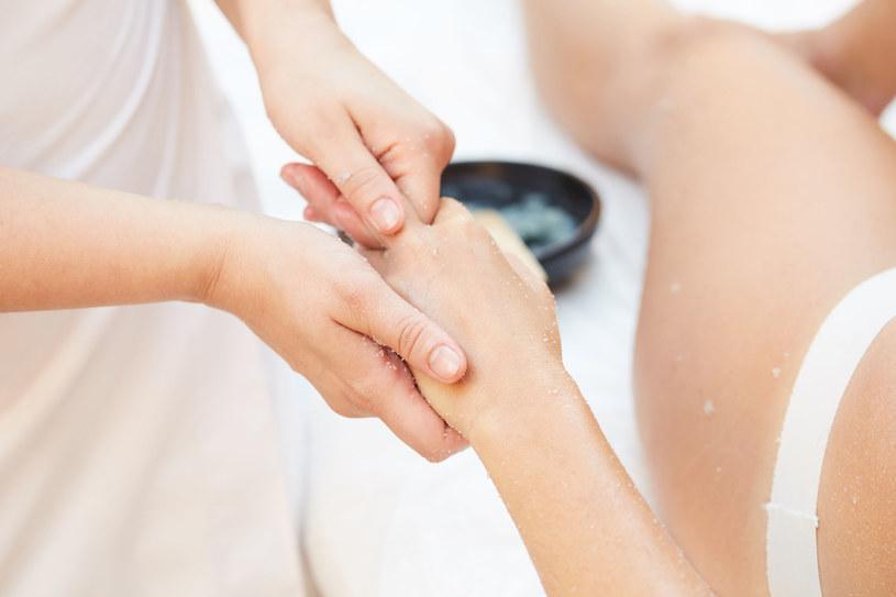 Regularny peeling znacznie poprawia wygląd i kondycję skóry /123RF/PICSEL