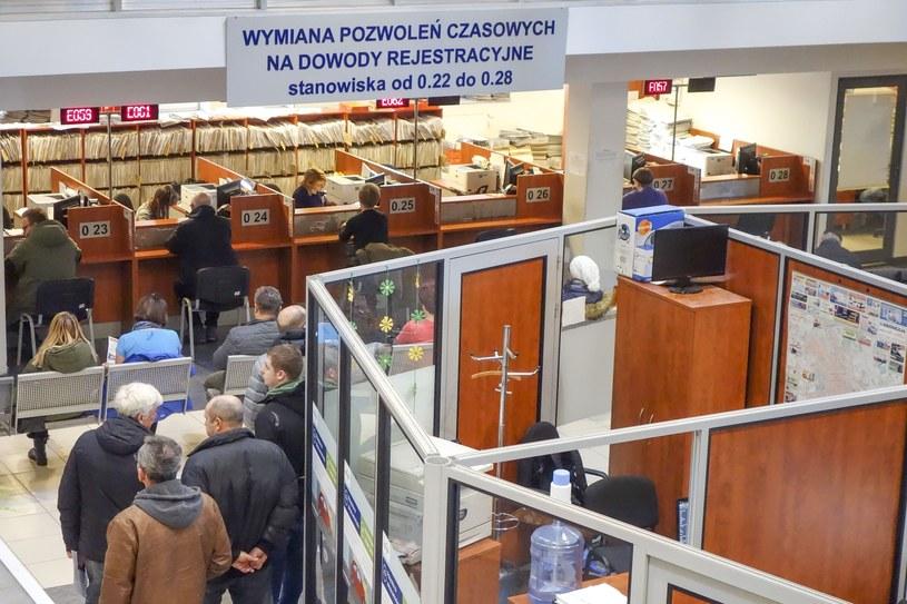 Rejestracja samochodu to konieczność dwukrotnego stawienia się w urzędzie /Piotr Kamionka /Reporter