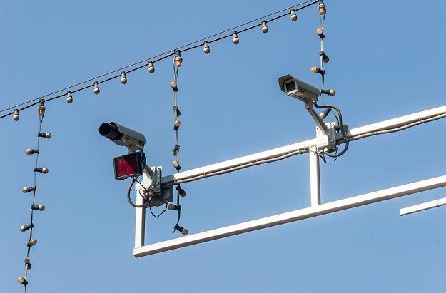 Rejestratory przejazdu na czerwonym świetle - nieoznakowany system do łowienia kierowców /©123RF/PICSEL