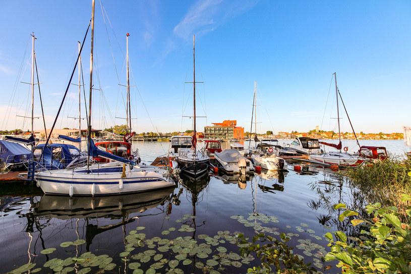 Rejs po jeziorach mazurskich to świetny pomysł na urlop /123RF/PICSEL