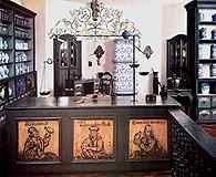 Rekonstrukcja wnętrza apteki z XVIII w., Heidelberg /Encyklopedia Internautica