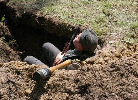 Rekonstruktorzy używają replik broni i mundurów /INTERIA.PL
