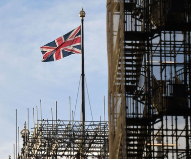 Rekordowa liczba oferowanych miejsc pracy i dalszy spadek bezrobocia w W. Brytanii