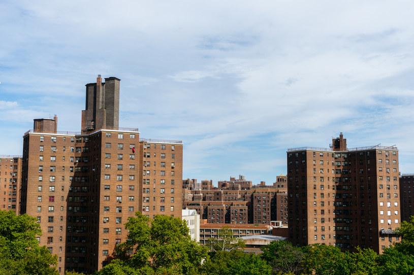 Rekordowa liczba pustych mieszkań czeka na wynajem lub sprzedaż w Nowym Jorku. Nz. bloki niedaleko Mostu Brooklyńskiego /123RF/PICSEL