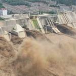 Rekordowe opady w Chinach. Tamy na rzekach nie wytrzymują naporu wody