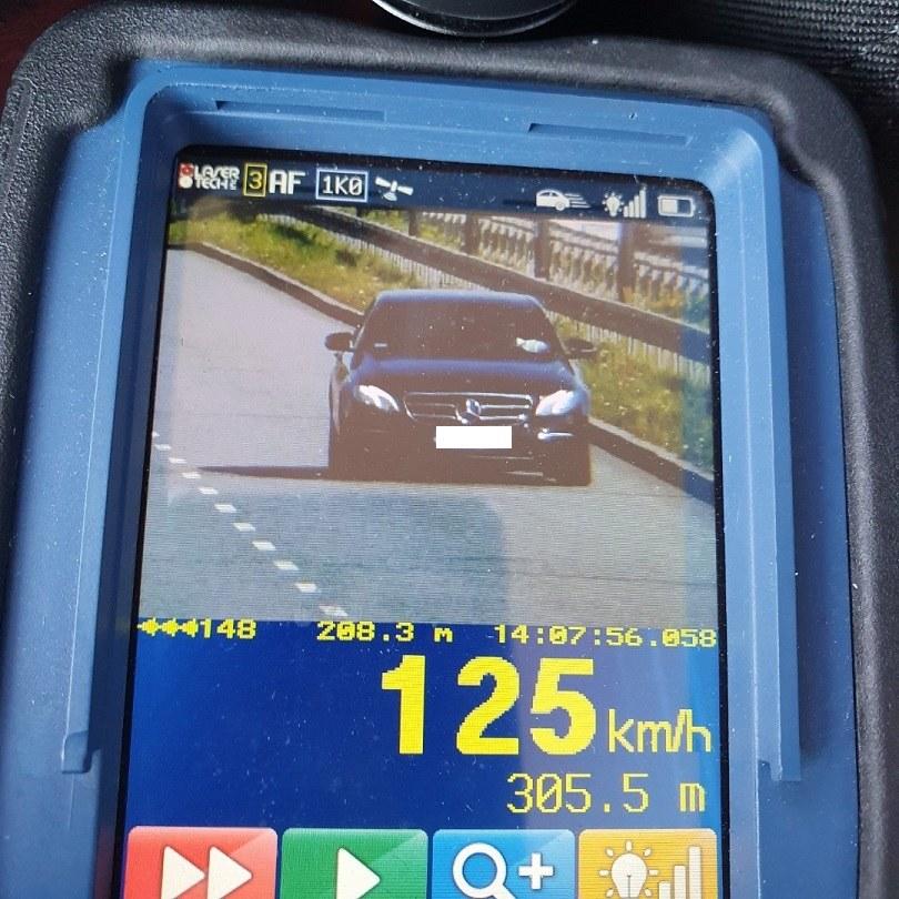 Rekordzista jechał mercedesem z prędkością 125 km/h, w miejscu gdzie obowiązuje ograniczenie do 70 km/h /Policja Łódź /