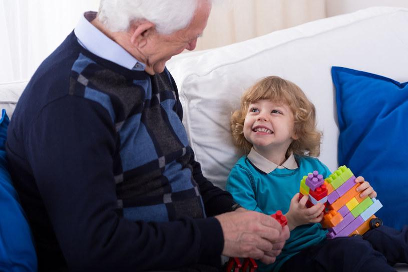 Relacja seniorów z dziećmi przynosi obu stronom wiele profitów, ale musi być bezpieczna dla dziecka /123RF/PICSEL